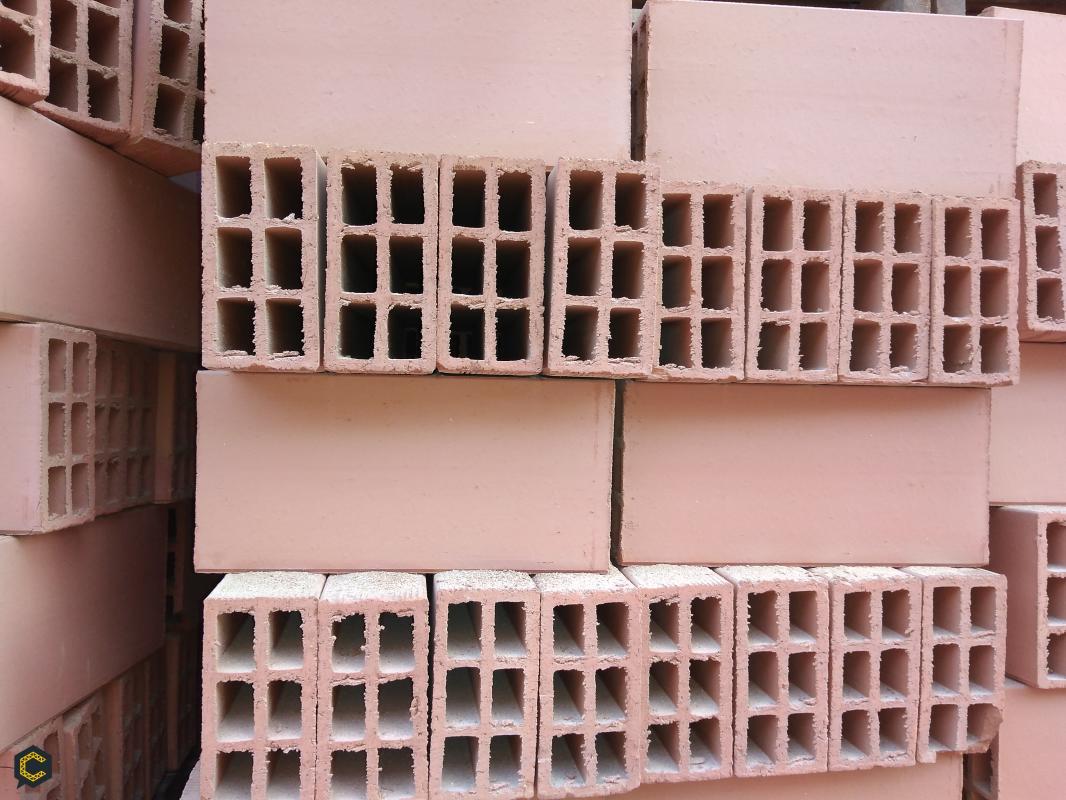 Ladrillos y tejas de barro para la construcción